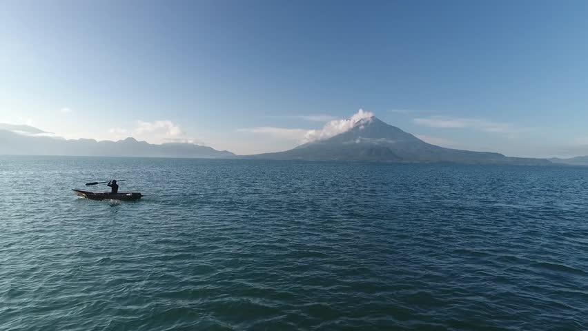 toma hermosa de atitlan, Guatemala, con volcan de fondo, lake blue