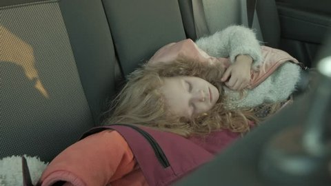 the little girl was sleeping in the car in the back 4k
