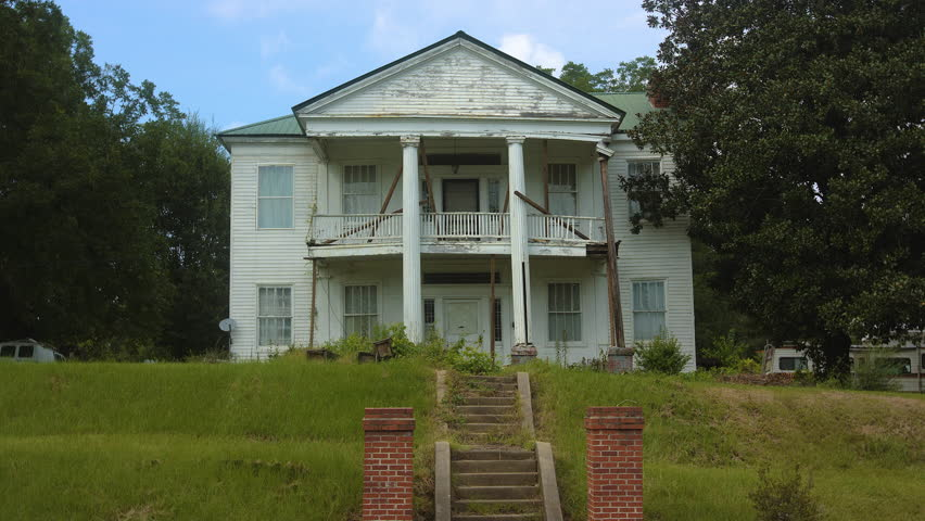 Run down victorian plantation house in rural Mississippi