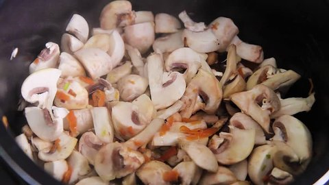Preparation of champignons in a restaurant