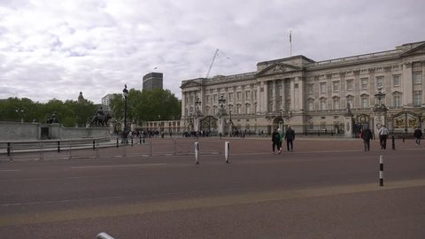 4K footage of the front side of Buckingham Palace in London, UK in the morning of a bank holiday
