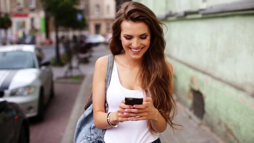 Картинки по запросу girl with smartphone