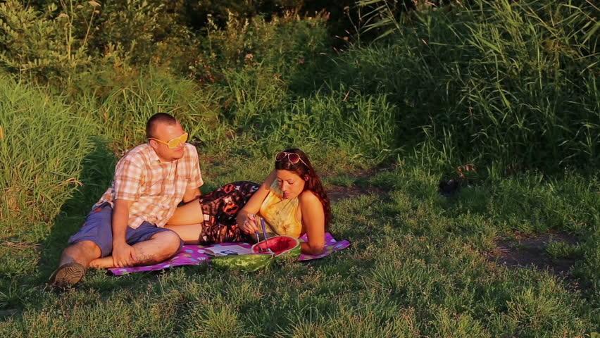 Жена купила негров муж снимал жену на природе любительское видео