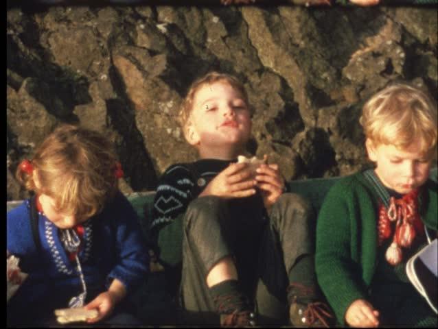 Family picknick (Vintage 8 mm amateur film)