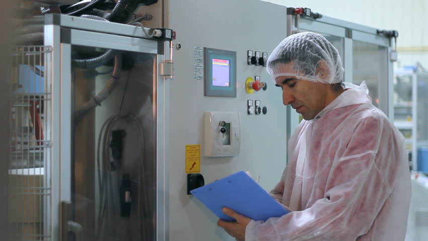 Worker controls the sugar packing machine