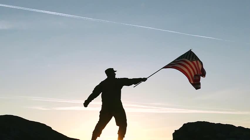 vídeo stock de soldier hold american flag against 100 livre de