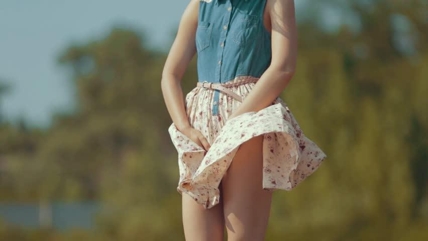 комментарии читателей фото девушка с задранным платьем у забора решила порадовать