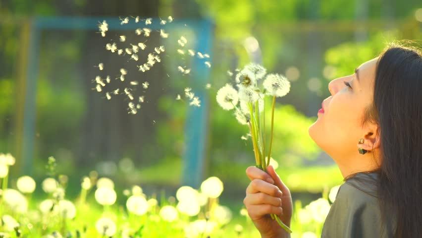 Risultato immagini per immagini donna tra i fiori