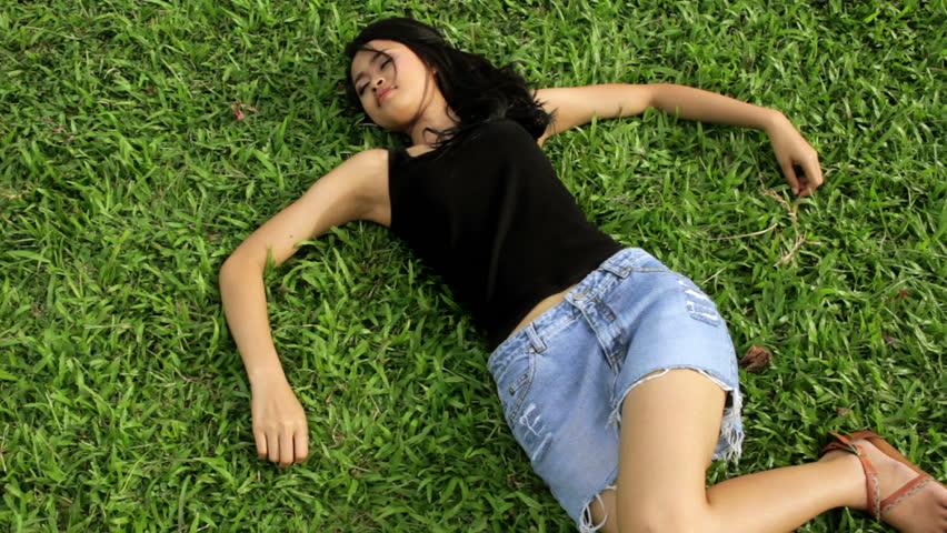 Девушка в мини юбке hd видео