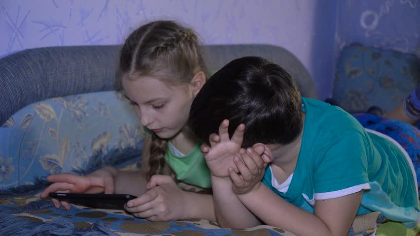 порно видео брат с сестрой кончает в неее