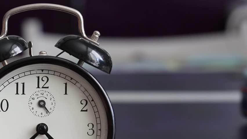 Vintage Alarm Clock Is Ringing Stock Videoer 100 Royaltyfri