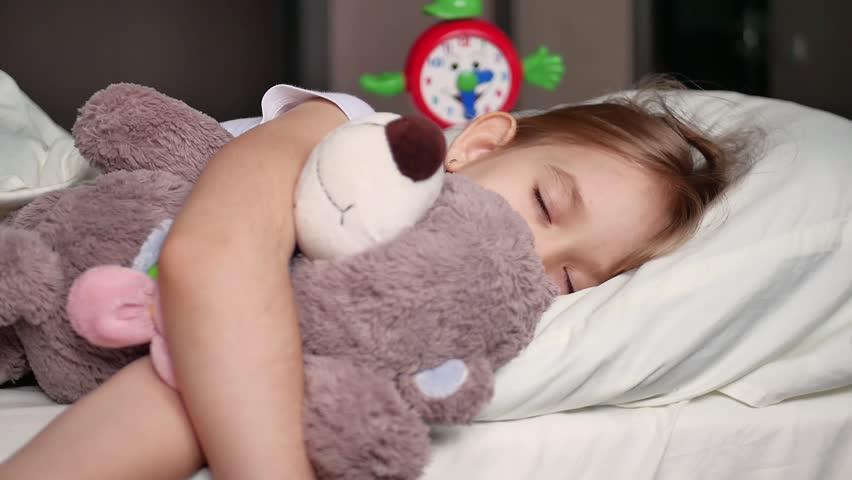 7c2c40e6e96d Cute little girl sleeping with teddy bear in bed
