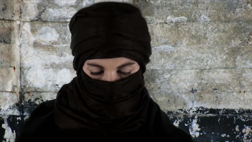 Close up on a woman wearing a chador _zoom in effect_