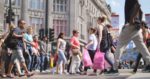 London shopping crowds in Oxford Circus in June 2014 - Research suggests that Europe's busiest shopping street is now even more polluted than Beijing.